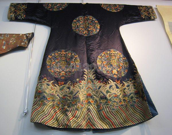 清朝時代の服飾 清朝時代の服飾清朝時代の服飾制度によれば、長衣・袍(パオ)には、「礼服袍...