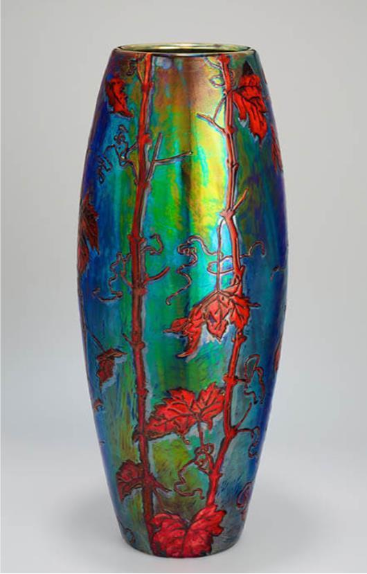 《葡萄新芽文花器》ジョルナイ陶磁器製造所 1898-1899年頃 ブダペスト国立工芸美術館蔵