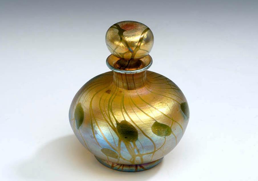 《植物文栓付香水瓶(化粧セットの一部)》ルイス・カンフォート・ティファニー 1913年頃 ブダペスト国立工芸美術館蔵