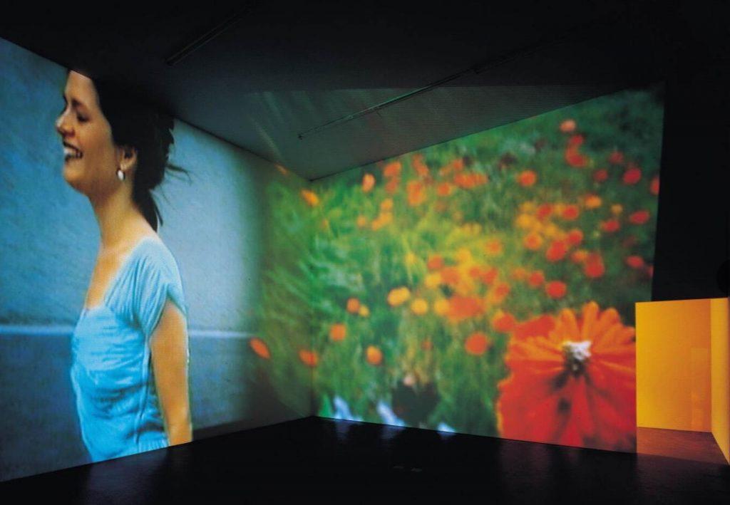 《永遠は終わった、永遠はあらゆる場所に》1997年 2チャンネル・ヴィデオ・インスタレーション、サウンド/コーナープロジェクション(4分9秒、8分25秒) クンストハレ・チューリヒでの展示風景、1999年 Photo: Alexander Tröhler 京都国立近代美術館蔵 © Pipilotti Rist, All images courtesy the artist, Hauser & Wirth and Luhring Augustine
