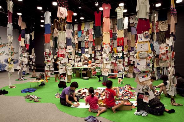 安部泰輔「ふたご森」会場風景(夏のワークショップ プロジェクト2010「ふしぎの森の美術館」、広島市現代美術館)