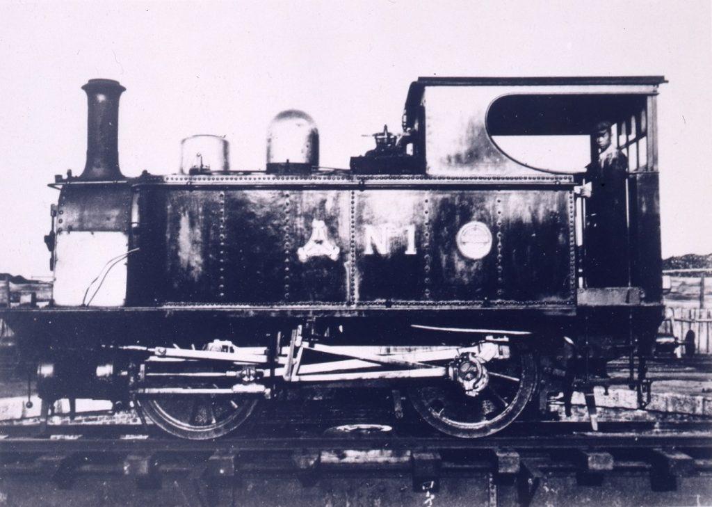 讃岐鉄道1号機関車(鉄道博物館蔵) 明治22年(1889)、香川県で最初の鉄道である讃岐鉄道が敷設された。その時に最初に導入された機関車の写真。側面に見える三角形の印は讃岐鉄道の社章。