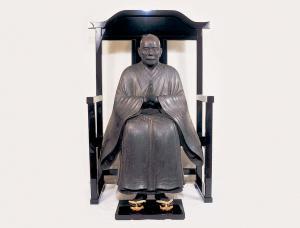 木造一鎮倚像(称念寺所蔵、重要文化財)椅子に腰かけた一鎮上人77歳の寿像