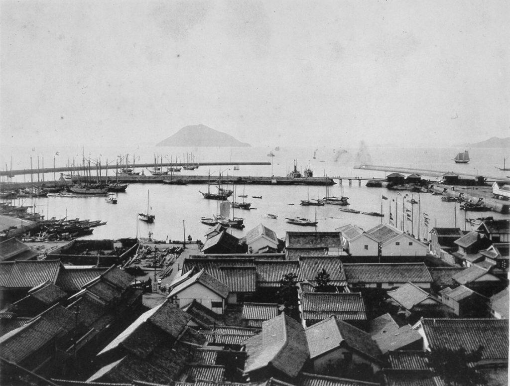 『讃岐写真帖』多度津港(当館蔵) 『讃岐写真帖』は大正天皇の大典記念に作成されたもの。その中に大正期の多度津港の様子を写した写真が掲載されている。多度津港は大改修を行い、明治43年に完成する。この改修により大型船の入港も可能になり、海上交通上の重要性を高めた。