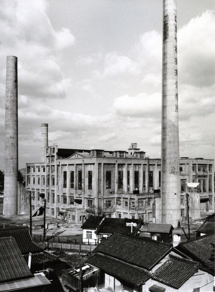 四国水力電気株式会社堀江火力発電所(上野時生氏撮影) 四国水力電気株式会社は、多度津町に本社をおいた電力会社で、戦前期に香川県下の電力供給に大きな役割を果たした。堀江火力発電所は大正8年(1919)に完成し、数度の増設を経ながら昭和39年(1964)まで稼働していた。