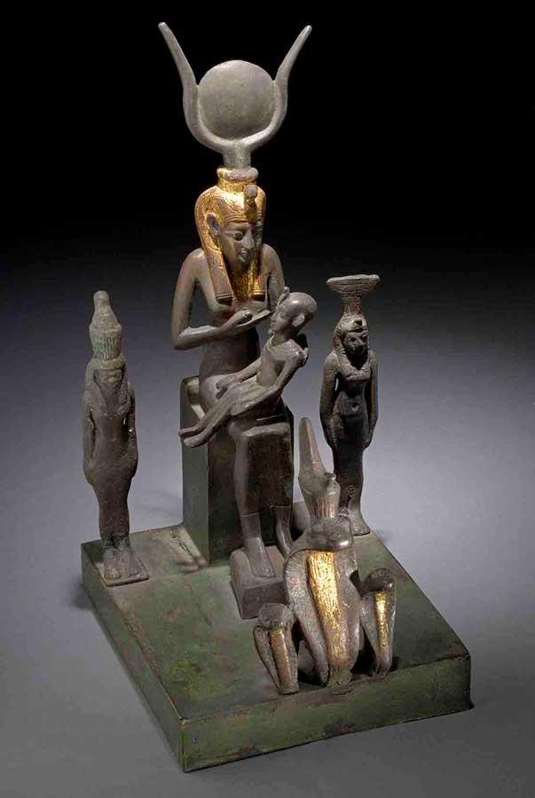 ホルス神に授乳するイシス女神像 前664~前332年、大英博物館蔵、 © The Trustees of the British Museum
