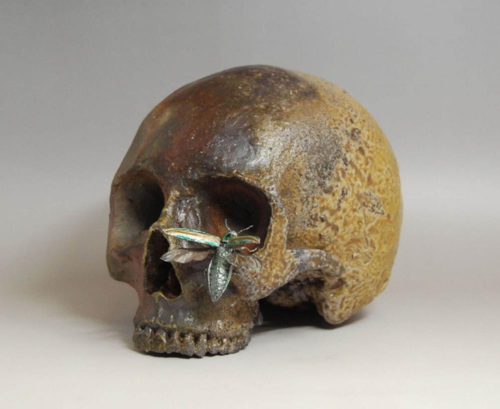 小橋順明《jewel beetle and skull》2021年 陶(備前土、磁土・釉裏プラチナ彩、金彩、ラスター彩) 作家蔵