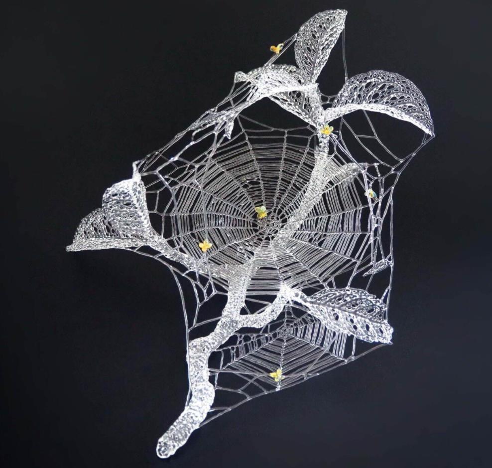 土居陽子《落花(金木犀と蜘蛛の巣)》2019年 ボロシリケイトガラス(ホウケイ酸ガラス)・フレームワーク 作家蔵