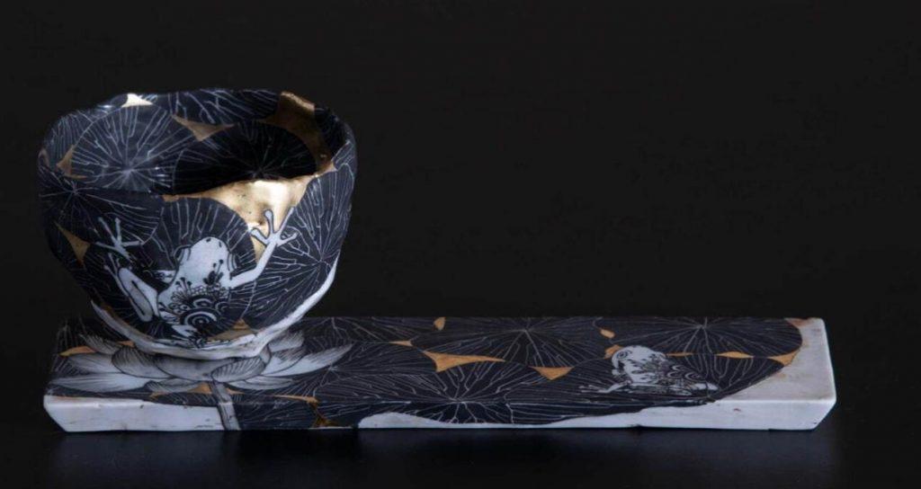 井上雅子《蓮と蛙(碗皿)》 2021 年 磁器・金彩、上絵付 作家蔵 ©UTATSTUKI CωL