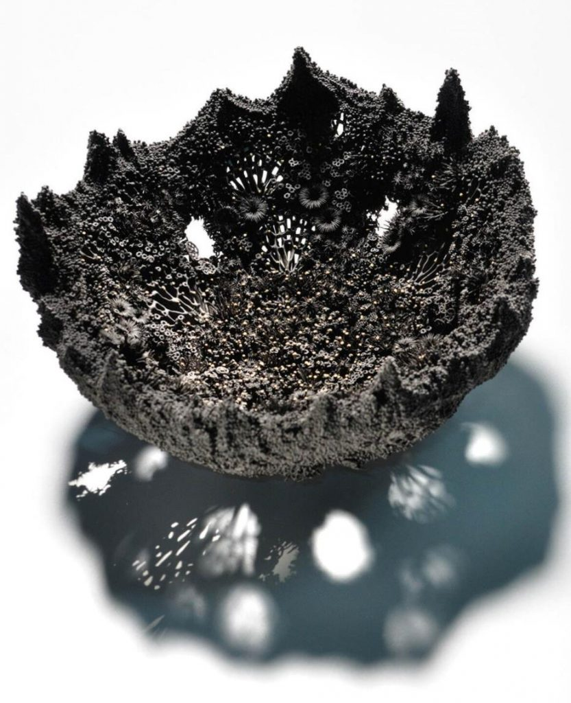 稲崎栄利子《念力Ⅱ》2018 年 陶土、磁土 作家蔵 ©高橋章