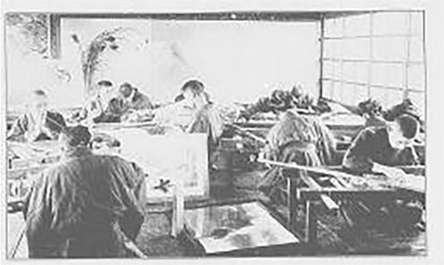 「刺繍絵画」製作風景『京都府写真帖』(1908年)より 国立国会図書館デジタルコレクション
