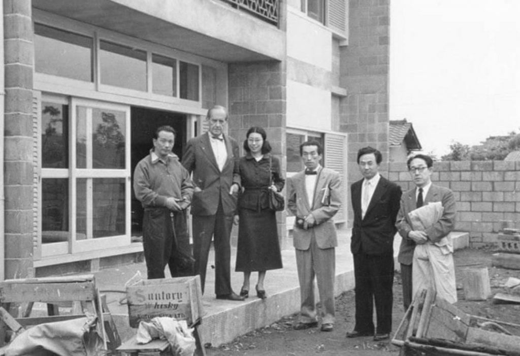 来日の際に岡本邸を訪れたヴァルター・グロピウス、 1954年 左から岡本太郎、グロピウス、一人おいて剣持勇、柳宗理、渡辺力