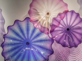 """image : Dale Chihuly """"Shadow Amethyst Persian Wall,"""" 2021 54 x 96 x 15'', 137 x 244 x 38cm Artwork © 2021 Chihuly Studio. All rights reserved."""