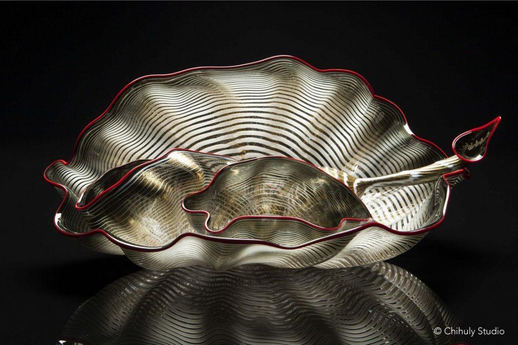 Dale Chihuly, Sienna Gold Leaf Seaform Set with Bonfire Lip Wraps, 2014, 22.9 × 48.3 × 28 cm © Chihuly Studio