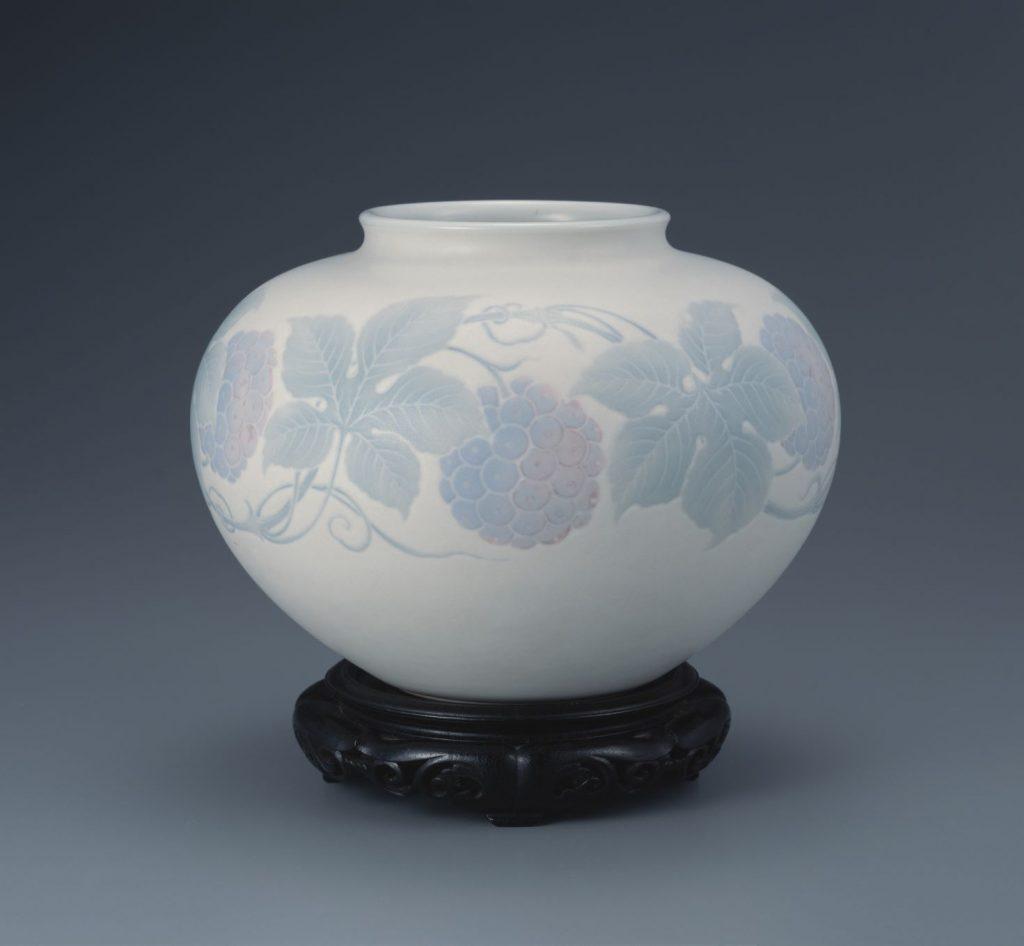 板谷波山「葆光彩磁葡萄紋様花瓶」 1922年 茨城県陶芸美術館