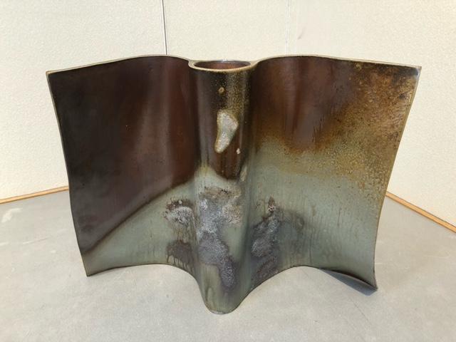 『Shitori』 板状と筒状の器体を併せ持つ一品。柔らかい紙や布をイメージし、制作されたそうです。
