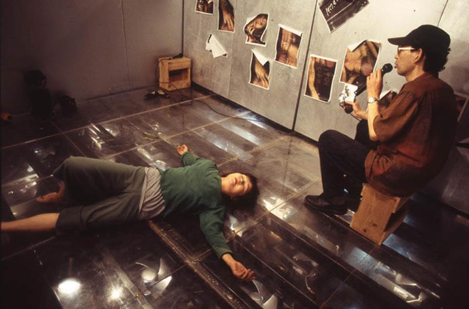 モレキュラーシアター公演《Legend of Ho》(2000)舞踏家・中嶋夏(左)と豊島重之(右)photo: Toru Yoshida