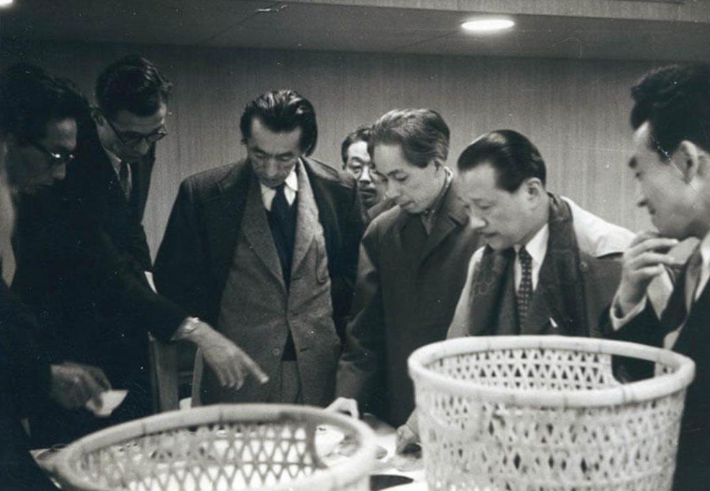 「グッドデザインコーナー」のための選定会風景、 1955 年頃