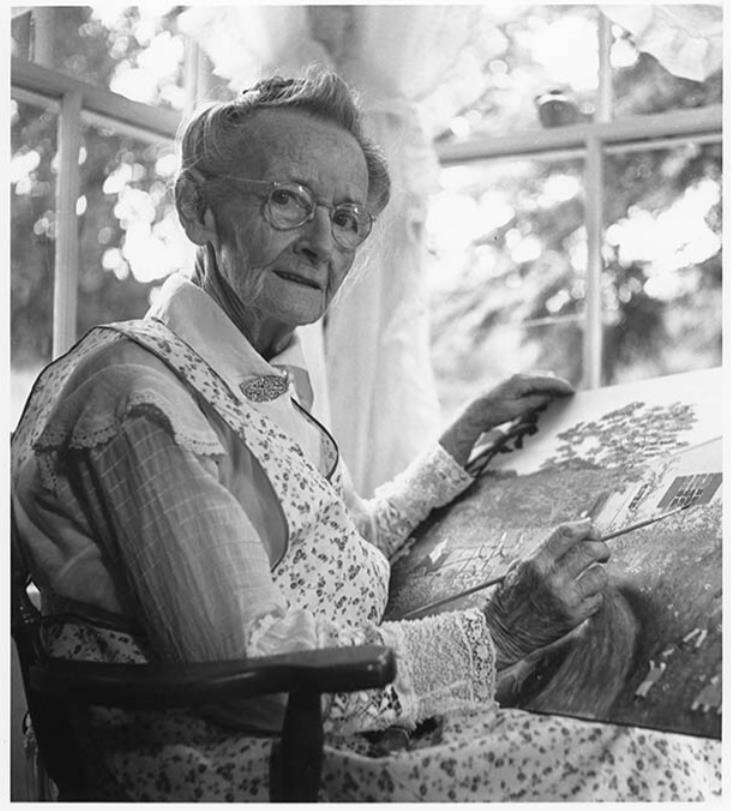 制作中のグランマ・モーゼス 1946年  写真:Otto Kallir ©2021, Grandma Moses Properties Co., NY