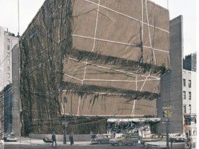 クリスト《包まれたホイットニー美術館(ニューヨークのためのプロジェクト)》1971年 71.0×55.8cm リトグラフ、布、麻ひも、糸、ポリエチレン、ステープルのコラージュ、紙 DIC川村記念美術館
