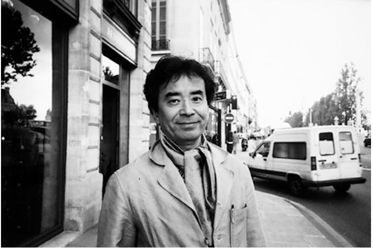 原田治(1946-2016) 東京都中央区築地生まれ。多摩美術大学デザイン科卒業。 1970年、当時創刊された「an・an」でイラストレーターとしてデビュー。 1976年、「マザーグース」を題材にしたオリジナルのキャラクターグッズ、「OSAMU GOODS」の制作を開始、女子中高生の間で大人気となる。 1984年、ミスタードーナツのプレミアム(景品)にイラストを提供、以降シリーズ化され一世を風靡する。 1997年、イラストレーターを養成する「パレットクラブスクール」を、生まれ育った築地に開設。 主な著書に『ぼくの美術帖』他。