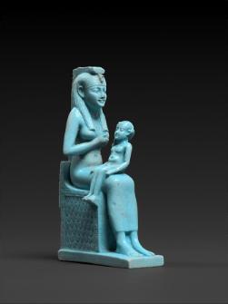 ホルス神に授乳するイシス女神の小像 高さ9.7cm×幅3.2cm×奥行き6.1cm末期王朝・第26王朝、前664~前525年頃© SMB / S. Steiß