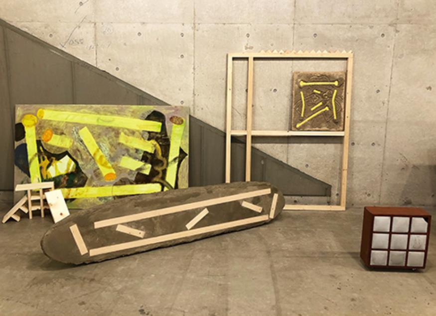 髙橋美乃里  Minori Takahashi 1994年生まれ。多摩美術大学油画専攻卒業。  「Fossils of shelves」 『物の形が変わること』をテーマに制作している。遺跡のように時間経過で物の形が変わることや、日常的に使っている物の利便性が失われた時の形に最近は特に興味がある。