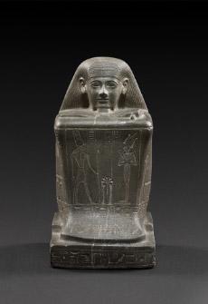 カルナク神殿のアメン神官ホルの方形彫像 高さ31cm×幅16.5cm×奥行き21cm 第3中間期・第22王朝、オソルコン2世治世、前875~前837年頃または第23王朝、オソルコン3世前790~前762年頃 © SMB / S. Steiß