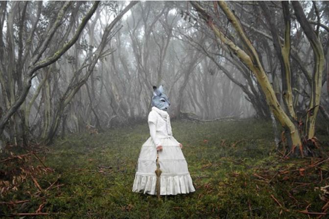 ポリクセニ・パパペトロウ《来訪者》〈世界のはざまで〉より 2012年 © Polixeni Papapetrou, courtesy of Michael Reid Gallery, Jarvis Dooney Galerie