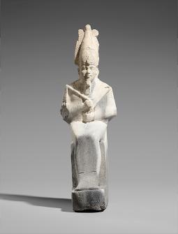 背面にジェド柱を持つオシリス神の小像</h5> 高さ21.5cm×幅7.2cm×奥行き10.5cm末期王朝時代、前664~前332年頃© SMB / S. Steiß
