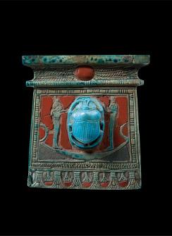 太陽の船に乗るスカラベを描いたパネヘシのペクトラル(胸飾り) 高さ10.6cm×幅10.2cm×厚さ2.6cm 新王国・第20王朝、前1186~前1070年頃 © SMB / S. Steiß