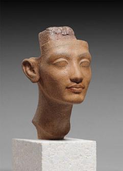 ネフェルトイティ(ネフェルティティ)王妃あるいは王女メリトアテンの頭部 高さ29cm×幅14.9cm×奥行き16.5cm 新王国・第18王朝・アマルナ時代、アメンヘテプ4世/アクエンアテン王治世、前1351~前1334年頃 © SMB / S. Steiß