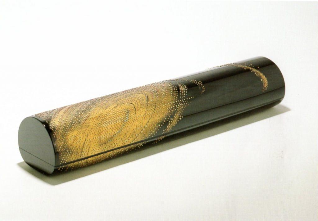 山口松太《乾漆油枩堆錦筒型箱「アンドロメダ」》2002年 岡山県立美術館蔵