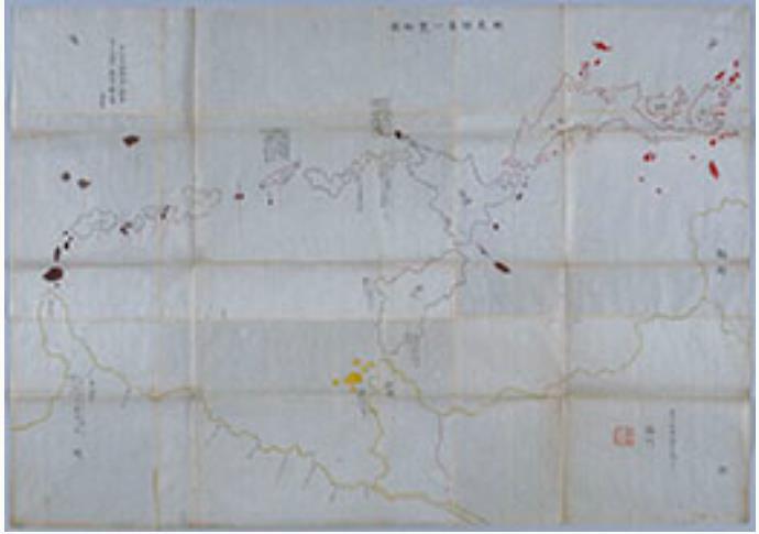 蝦夷諸島一覧略図  文化年間(1804~18)か 国立歴史民俗博物館蔵  朱で示す「日本」と黄で示す異国との間にアイヌの居住域が褐色で示される。中華世界と日本、ロシアという3国の学知をつないだアイヌ社会は、近代以降、国民国家に包摂されていく。平田篤胤関係資料。