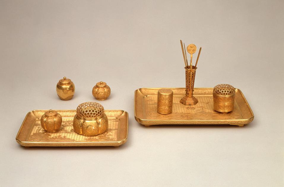 純金香盆飾り じゅんきんこうぼんかざり 香木を炷(た)くための諸道具一式で、香盆の器胎に木が用いられている他は全て純金製です。盆には狩野派風の山水図と花鳥図が精緻に打ち出されています。 千代姫の金の道具は、本品を含めて茶道具11点・香道具10点・調度品6点の合計34点が現存しています。名古屋城に関する史料集成『金城温古録(きんじょうおんころく)』によると、千代姫の金銀の道具類は名古屋城内に「およそ千種」あったといわれています。 【江戸時代 寛永16年(1639)】