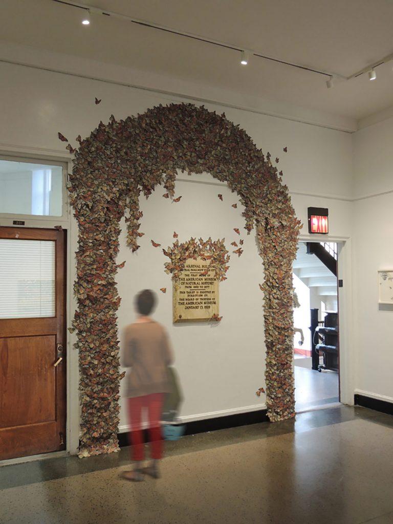 菱木明香《Arch of Monarch butterfly》展示風景、2013、ミクストメディア、W 307.5 × H 396 cm
