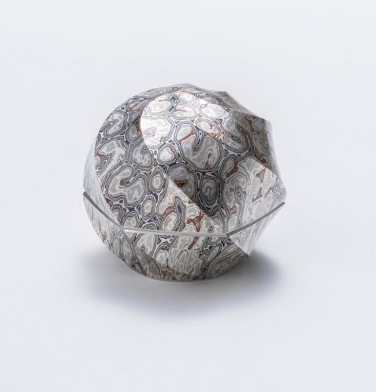 杢目金打出捻六稜香合  寸法:幅8×奥行7.5×高さ7㎝  素材:銀、銅、赤銅、四分一、黒味銅、金箔