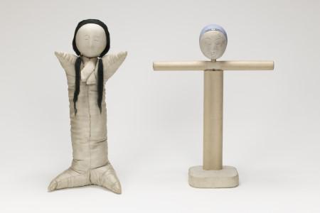 本来的な役割を持つ人形 天児(右)・這子(左)[吉德資料室蔵]