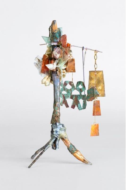 三本足の偶像 高42 x 24 x 24 cm 枝にメタリック油彩、エポキシ樹脂、骨、貝殻、真鍮、銅、鉄ワイヤーガラス、ガラス