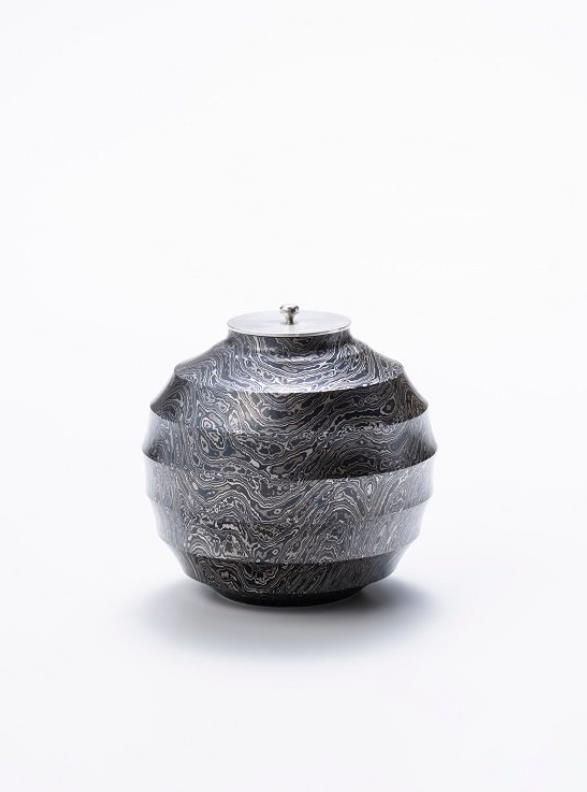 杢目金打出鎬黒茶入  寸法:径8.8×高さ8.5㎝  素材:銀、銅、赤銅、四分一、黒味銅