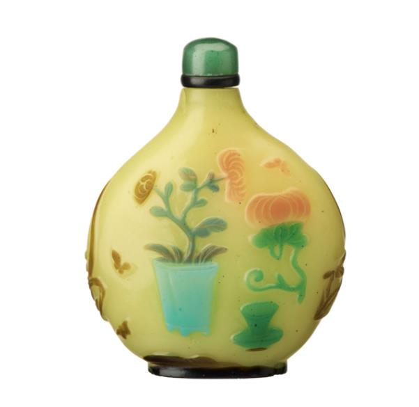 黄地七色被花卉文鼻煙壺/19−20世紀 たばこと塩の博物館蔵