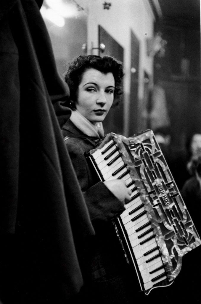 ロベール・ドアノー≪流しのピエレット・ドリオン≫ パリ 1953年2月 ゼラチン・シルバー・プリント