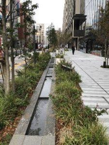 三栄通り脇の玉川上水を偲ぶ流れ