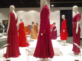 コレクション展「赤い服と青い服」神戸ファッション美術館