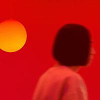 """玉山拓郎  Tamayama Takuro 1990年 岐阜県生まれ  2013年 愛知県立芸術大学美術学部油画専攻卒業。 2015年 東京藝術大学大学院美術研究科絵画専攻油画研究分野修了。 現在、埼玉県を拠点に制作活動を行う。 鮮やかな色彩の日用品や照明、映像を用いたインスタレーションを制作。ブラシ、モップ、皿、ソファなど多岐にわたるファウンド・オブジェクトと、独自のペインティングや映像の色調、モノの律動、音響を組み合わせることによって、緻密なコンポジションを持った空間を表現している。 【受賞歴】  2015年 ART AWORD TOKYO MARUNOUCHI 2015 後藤繁雄賞( 審査員賞)  2013年 愛知県立芸術大学平成24 年度卒業制作最優秀作品賞 など 【主な展覧会】  (個展)  2021年 Anything will slip off / If cut diagonally、ANOMALY、東京 2020年 3 plane shapes、T-HOUSE New Balance、東京  2019年 The, Sun Folded.、OIL by 美術手帖 2018年 Dirty Palace、CALM&PUNK GALLERY (グループ展)  2021年 「Natsuyasumi: In the Beginning Was Love」、Nonaka-Hill、ロサンゼルス、アメリカ 2021年 「3人のキュレーション「美術の未来」」、渋谷ヒカリエ8/CUBE 1, 2, 3、東京  2021年 「AICHI⇆ONLINE」、オンライン 2020年 「Doubles/ Takuro Tam ayama + Ikki Kobayashi、HARUKAITO by island 」、 BLOCK HOUSE、東京 2020年 「開館25 周年記念コレクション展 VISION Part 1 光について / 光をともして"""" 」、豊田市美術館、愛知 2020年 「VOCA 展2020」、上野の森美術館、東京 2019年 「思考するドローイング」、500m 美術館、札幌 2019年 「Takuro Tamayama and Tiger Tateishi」、Nonaka-Hill、ロサンゼルス/ アメリカ 2019年 「Euphoria」、TICK TACK、アントワープ/ ベルギー 【パブリックコレクション】  高橋龍太郎コレクション"""