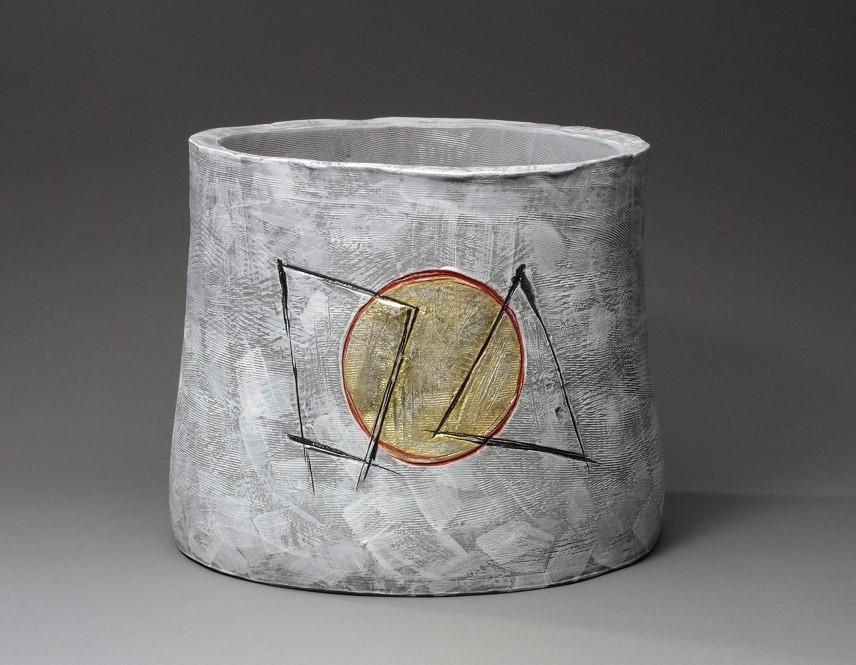 大樋陶冶斎《黒陶幾何紋花器》2018年、大樋美術館蔵