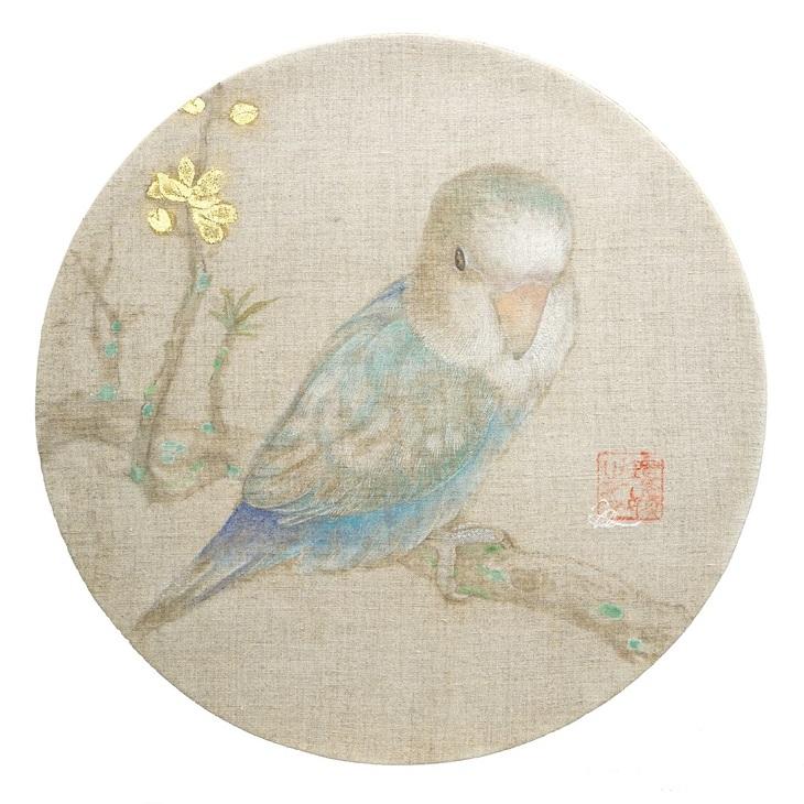 張媛媛「桃鸚鵡図」 直径27.5cm エンカウスティーク・岩絵具