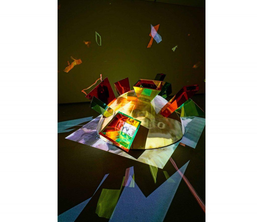 《韓国の墓》1993年 久保田成子ヴィデオ・アート財団蔵 (新潟県立近代美術館での展示風景、2021年)  撮影:吉原悠博