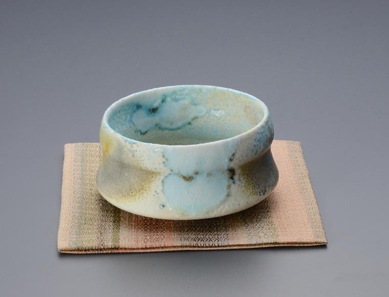 《古袱紗》2021年 益子陶芸美術館蔵 《茶碗》2016年 ジャック・ドハティ 個人蔵