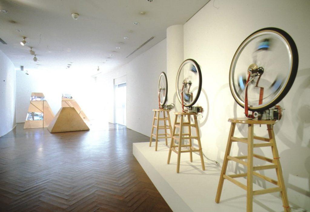 《デュシャンピアナ:自転車の車輪1, 2, 3》と《三つの山》の展示風景(原美術館、1992年) 撮影:内田芳孝 Courtesy of Shigeko Kubota Video Art Foundation, ©Estate of Shigeko Kubota